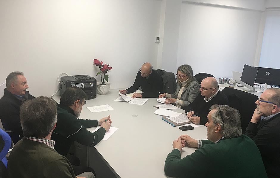 O PSOE preséntalle á directiva de Río Sarela a iniciativa que leva ao pleno para mellorar o barrio